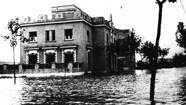 Image: Current building of the Police Station in the floods of 1957 (Photo: Arxiu Municipal, Dénia in the Record, Diario Información y Ajuntament de Dénia)