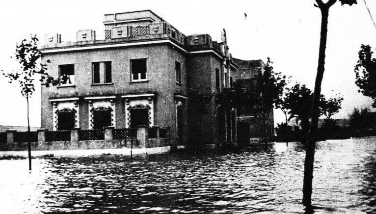 Edifici actual de la Comissaria de Policia a les inundacions de 1957 (Foto: Arxiu Municipal, Dénia en el Record, Diari Informació i Ajuntament de Dénia)