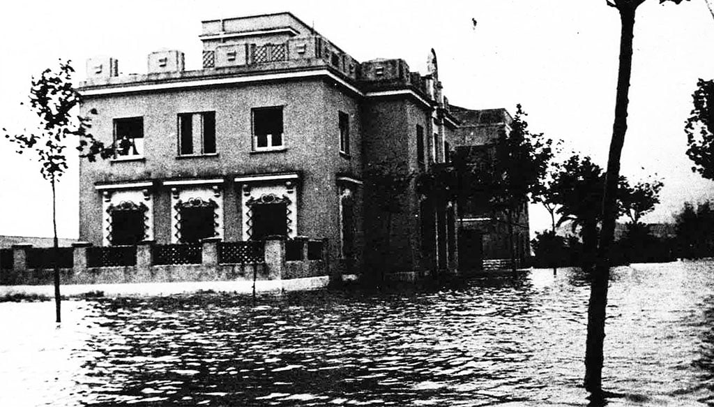 Primer pla de l'edifici actual de la Comissaria de Policia a les inundacions de 1957 (Foto: Arxiu Municipal, Dénia en el Record, Diari Informació i Ajuntament de Dénia)