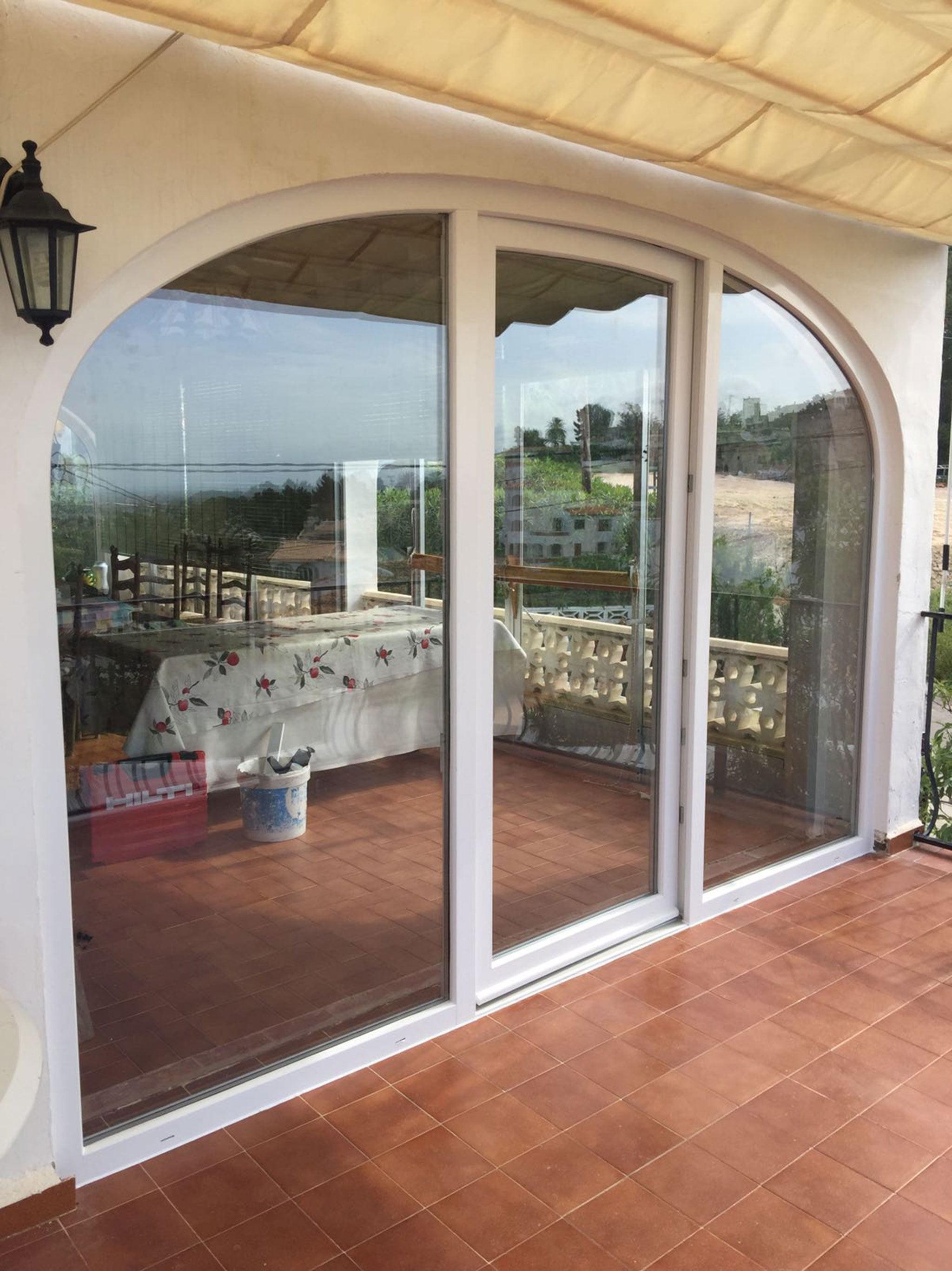 Puerta de salida con forma curva a una terraza – Alucardona Pvc y Aluminios, S.L