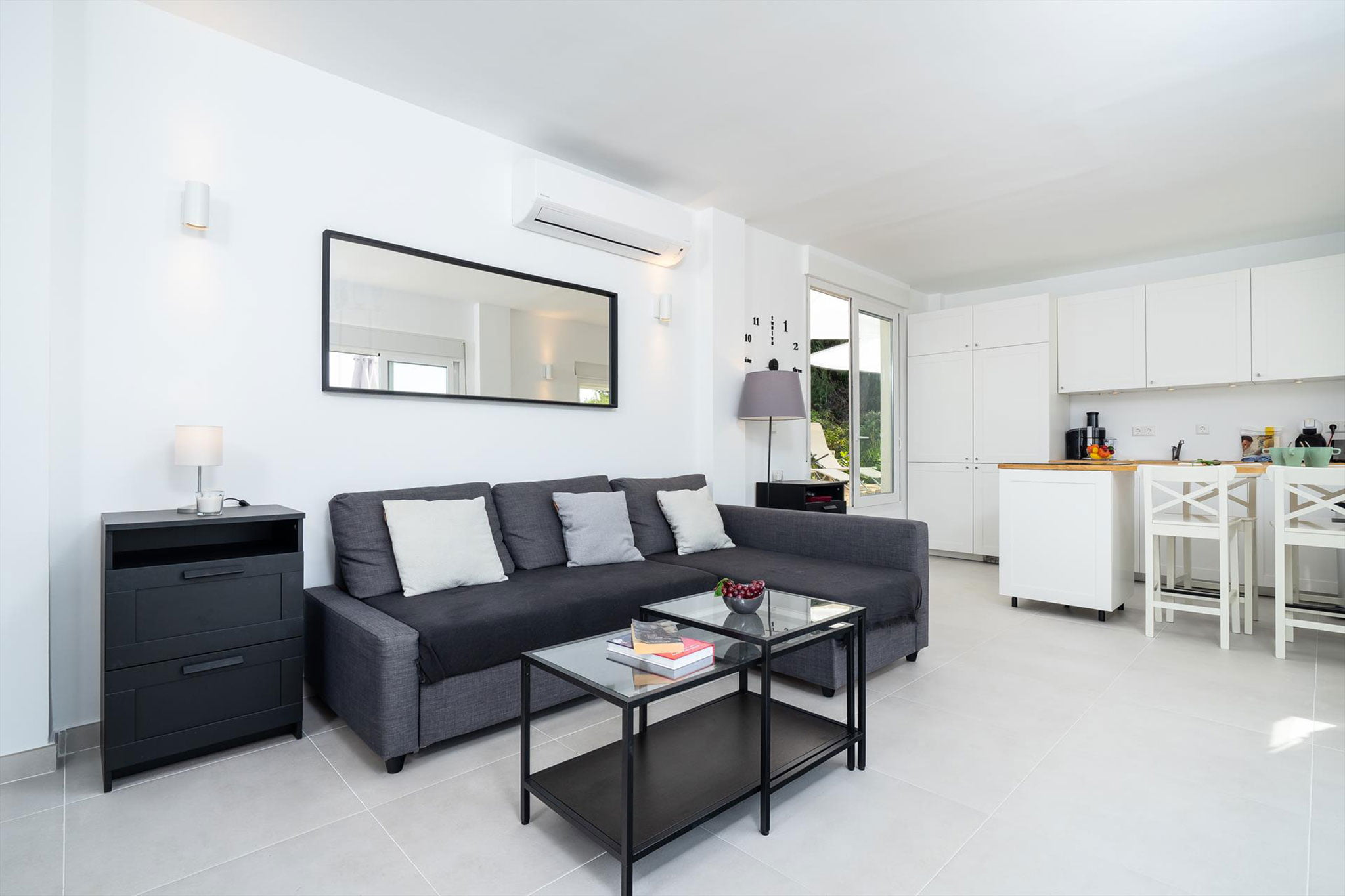 Гостиная с выходом на улицу в апартаментах - Aguila Rent a Villa