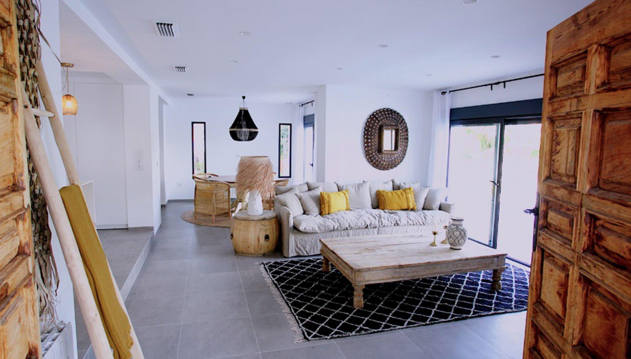 Woonkamer met grote beglazing om het licht door te laten - Fine & Country Costa Blanca Noord