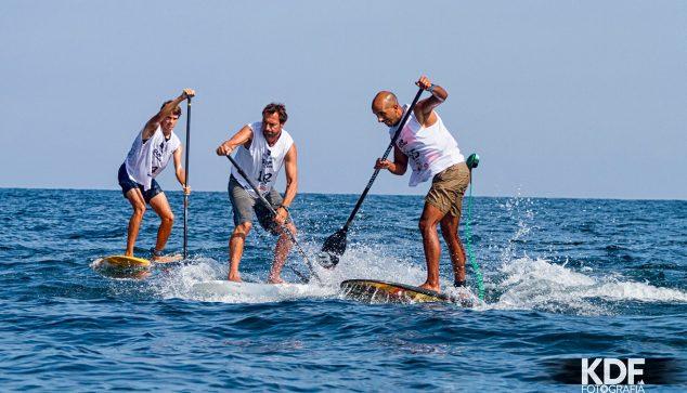 Imatge: Surfistes en l'aigua