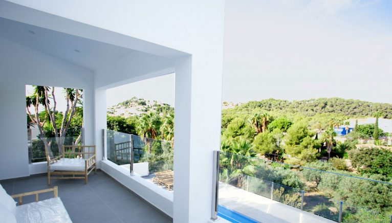 Terras in een villa in Ibiza-stijl in Moraira - Fine & Country Costa Blanca Noord