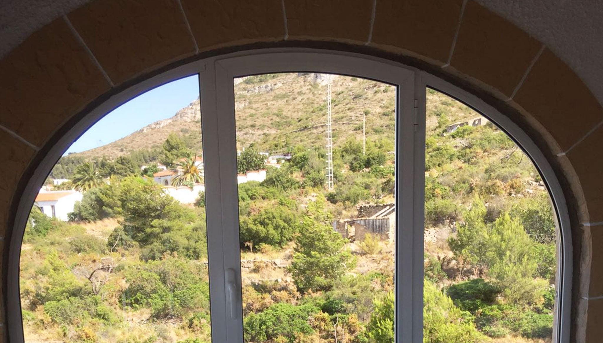 Ventana curva ajustada a un arco – Alucardona Pvc y Aluminios, S.L