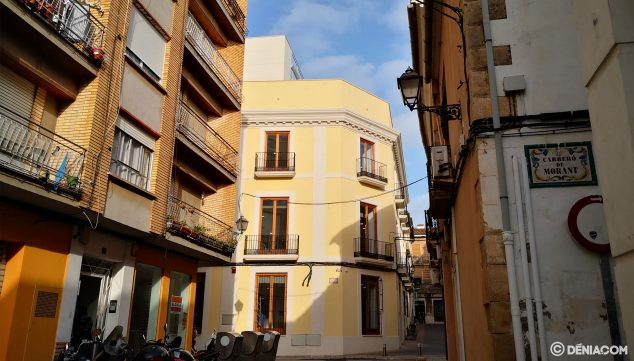 Imagen: Vista actual de la Biblioteca Municipal de Dénia subiendo por el carrer Sant Josep
