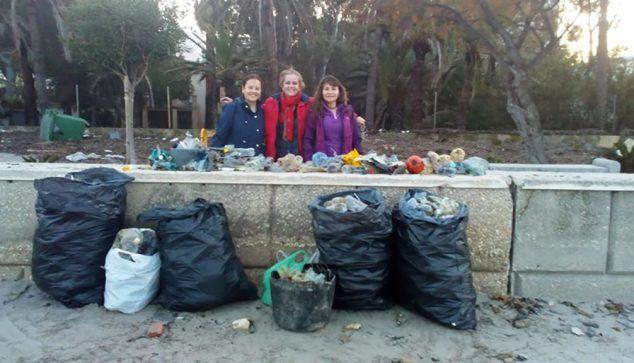 Изображение: добровольцы с несколькими мешками для мусора