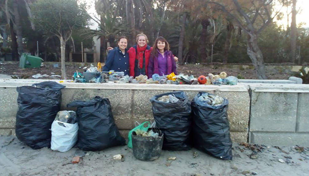 Voluntaris amb diverses bosses d'escombraries