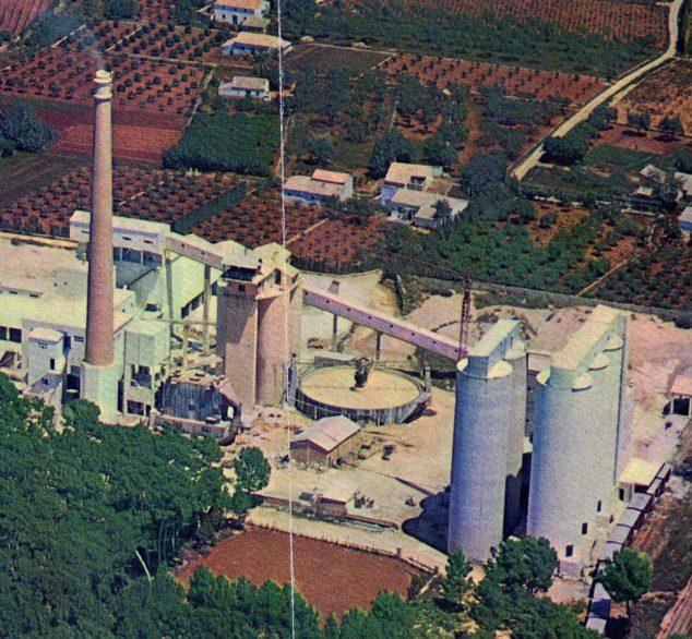 Imagen: Imagen aérea de la fábrica en 1968. Se construyó una balsa especial para mezclar materiales (Fotografía: Juan Antonio Chorro)