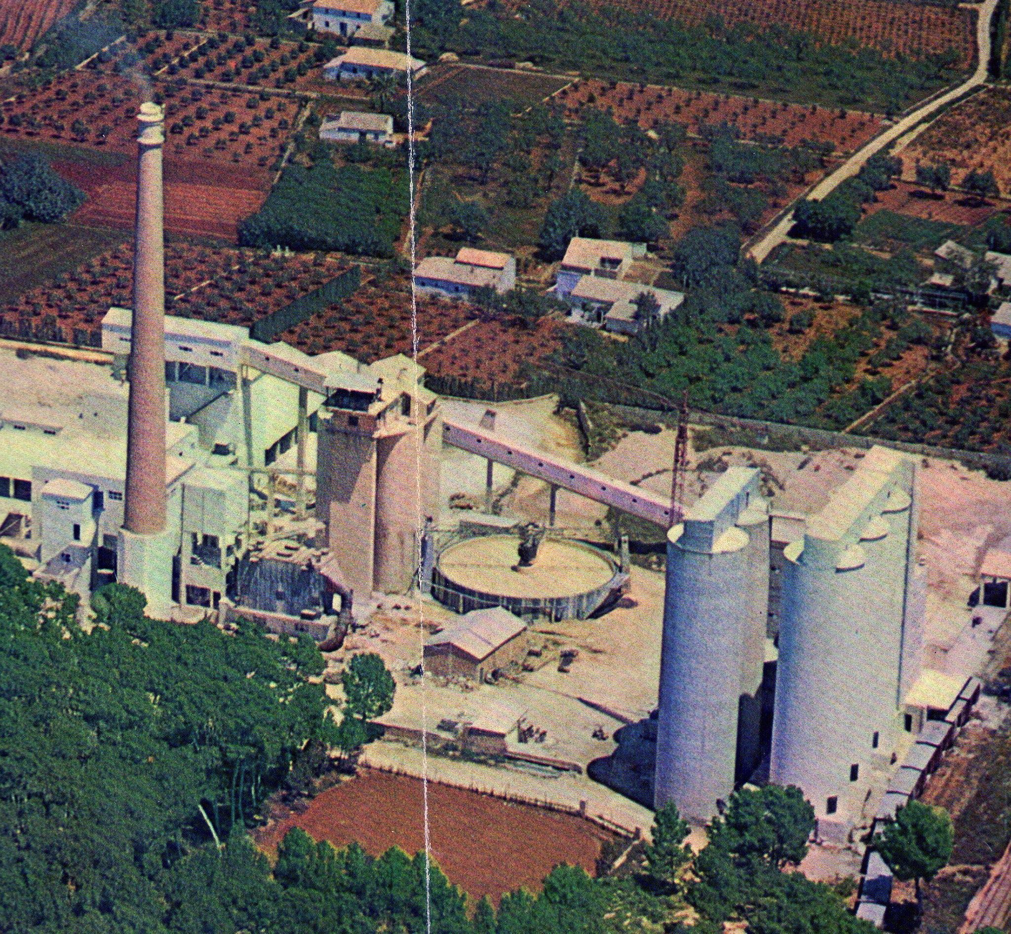 Imatge aèria de la fàbrica en 1968. Es va construir una bassa especial per barrejar materials (Fotografia: Juan Antonio Doll)