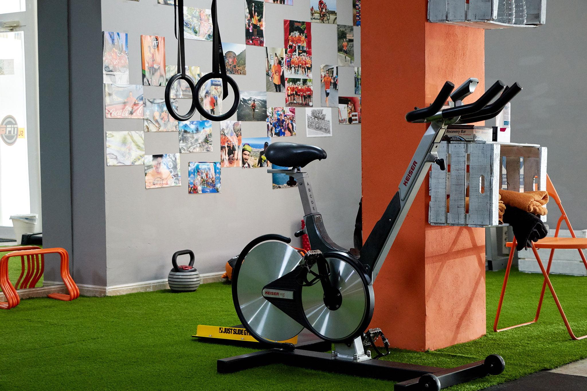 Bicicleta estática y anillas – Bfit