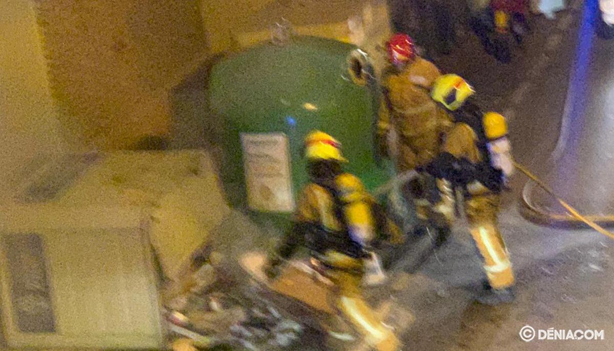 Bombers extingeixen un foc en un contenidor
