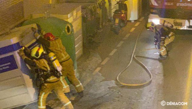 Bild: Feuerwehrleute arbeiten in Dénia