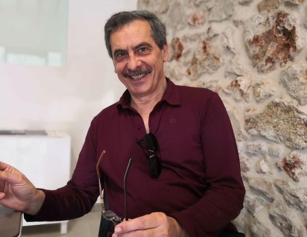 Imagen: Carles Doménech, autor de la obra divulgativa 'La Dénia del pòrtland, Ciment i taronges, un dífícil encaix'