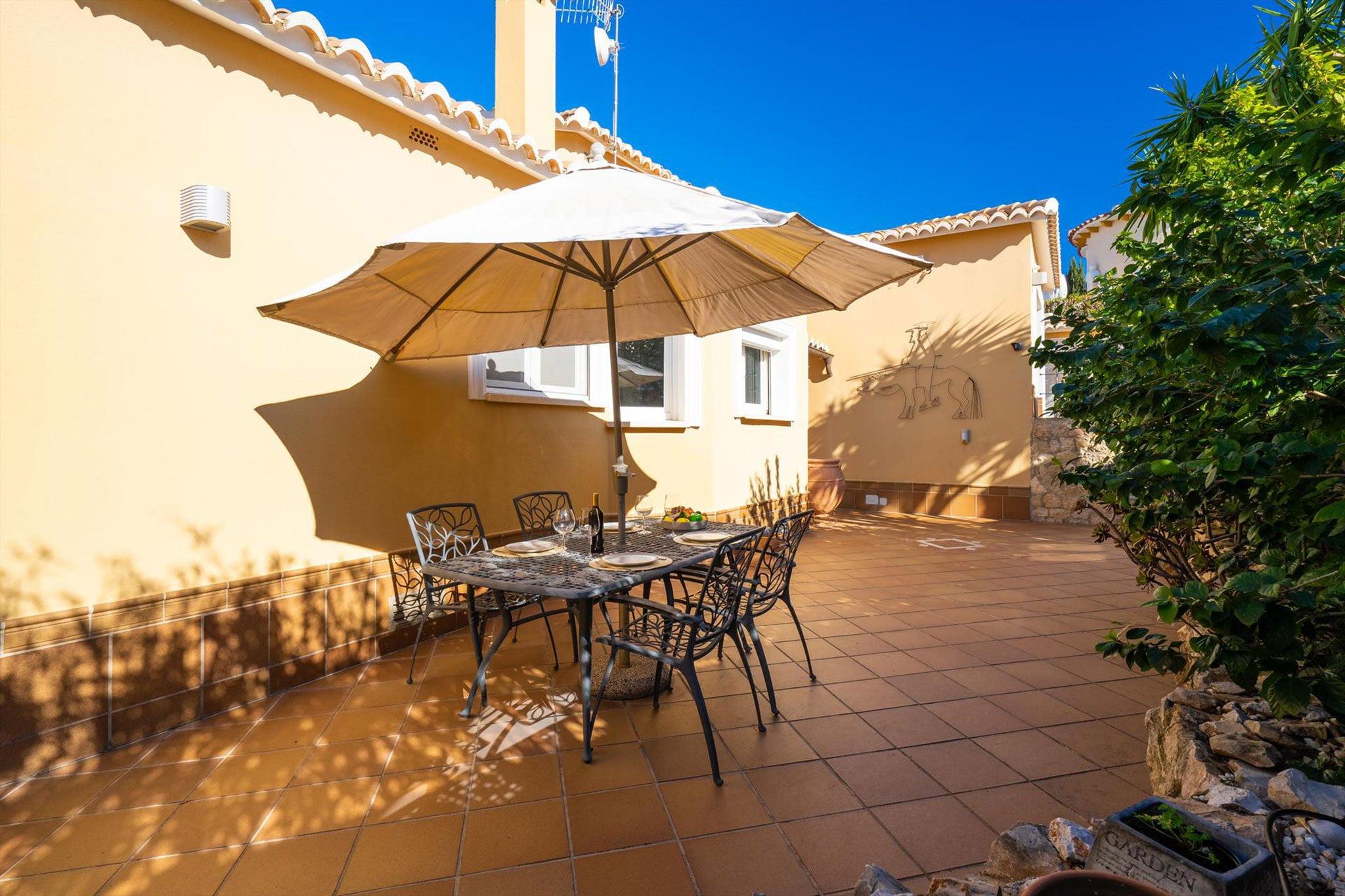 Menjador exterior a una casa de vacances de lloguer a Dénia - Aguila Rent a Vila