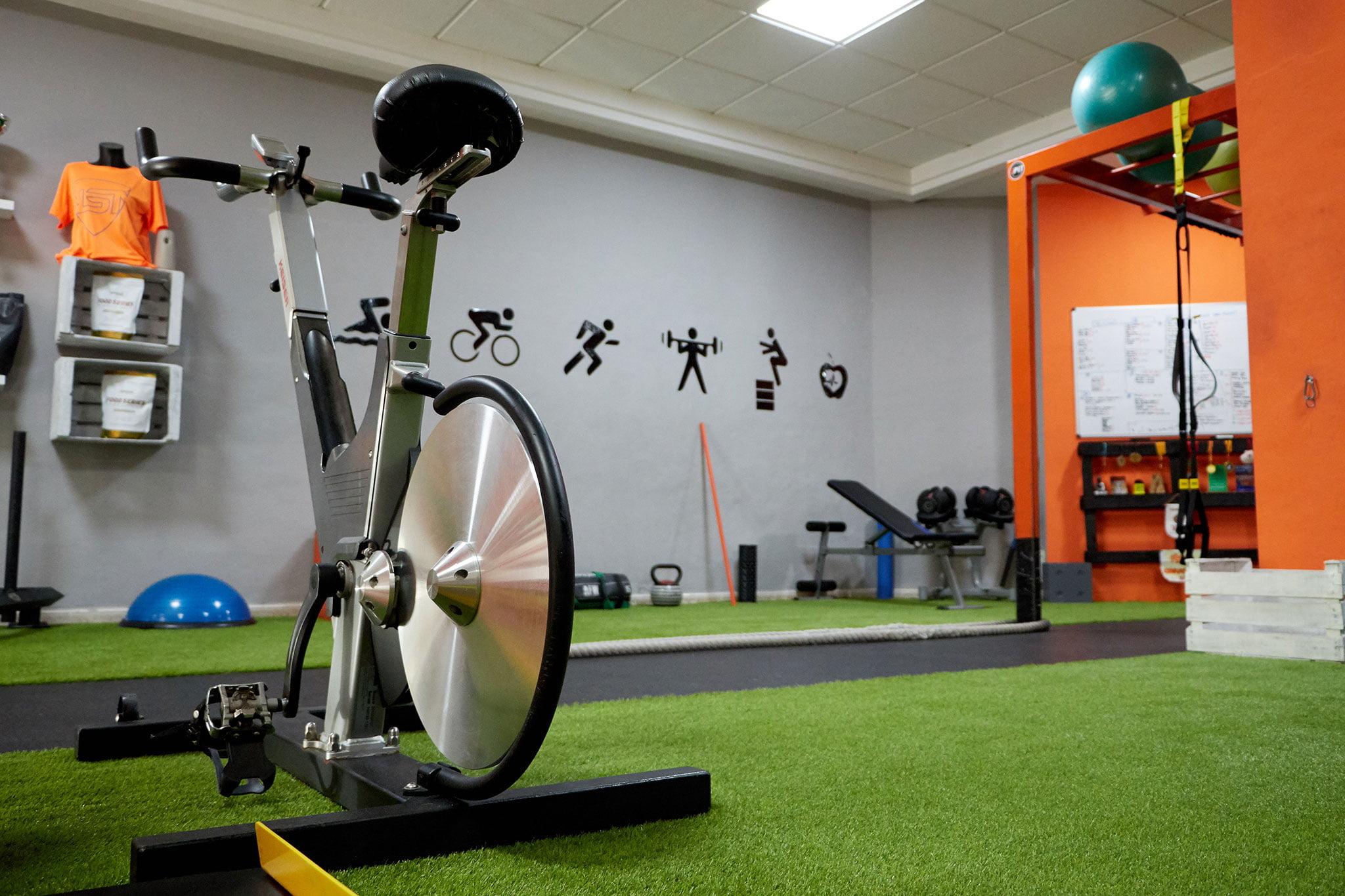 Cinco espacios individuales de entrenamiento con material propio – Bfit