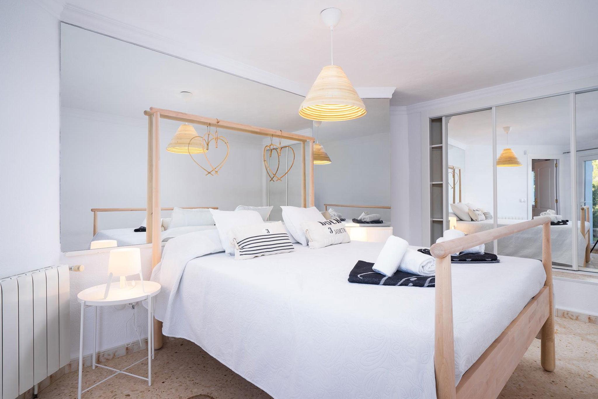 Dormitori principal en un xalet de vacances per a sis persones a Dénia - Aguila Rent a Vila