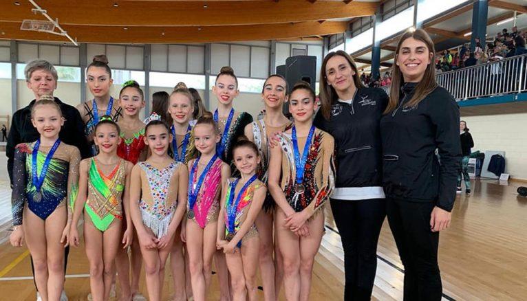 Gimnastas del Club Gimnasia Dénia con sus entrenadoras
