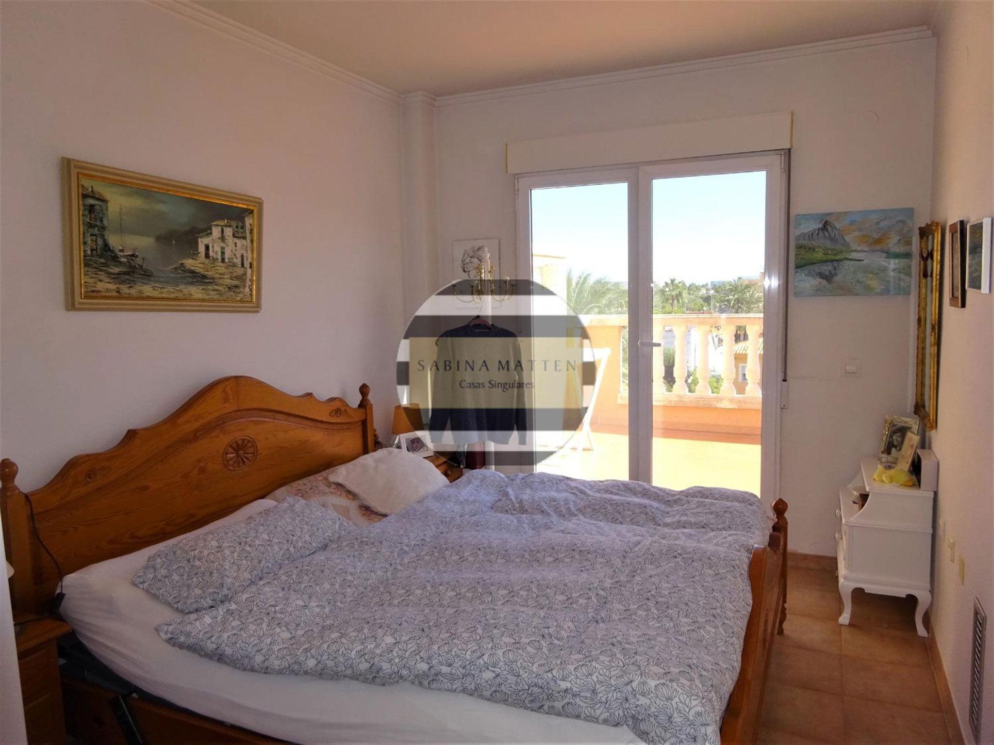 Una de las tres habitaciones de un ático en venta en Dénia – Casas Singulares