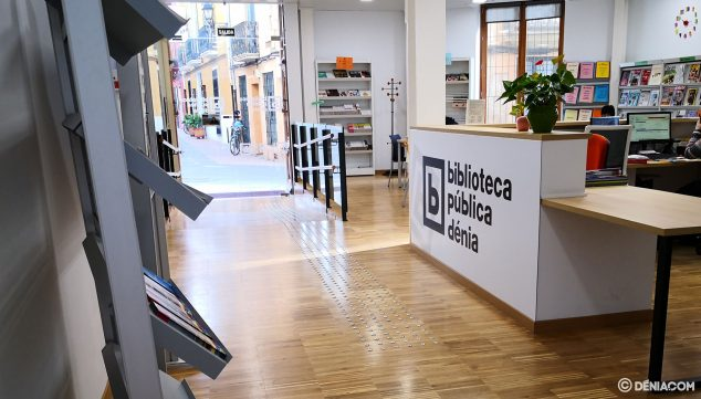 Imatge: Hall d'entrada a la biblioteca de Dénia, on es presten els llibres