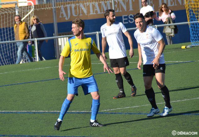 Imatge: Jordi envoltat de jugadors de l'Carcaixent