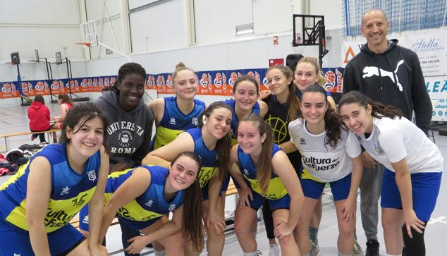 Immagine: Juan Luis Pérez con la sua squadra di basket femminile senior Denia