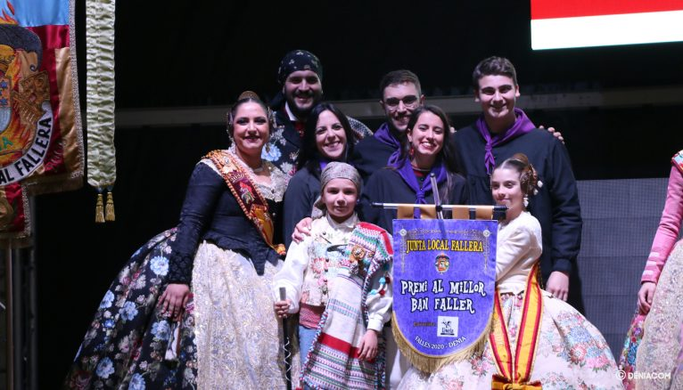 La Falla Campaments collecting one of the awards