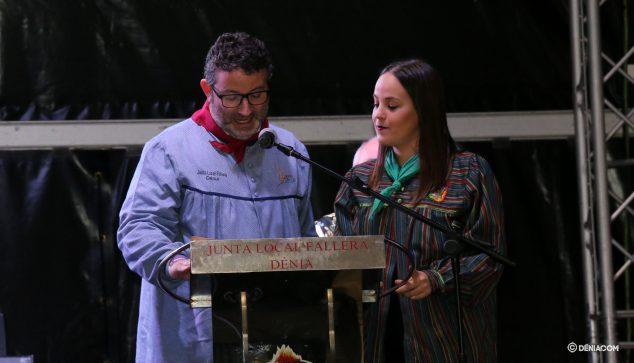 Imatge: La presentadora de l'acte, Melani Ivars, al costat de el regidor de Festes, Óscar Mengual