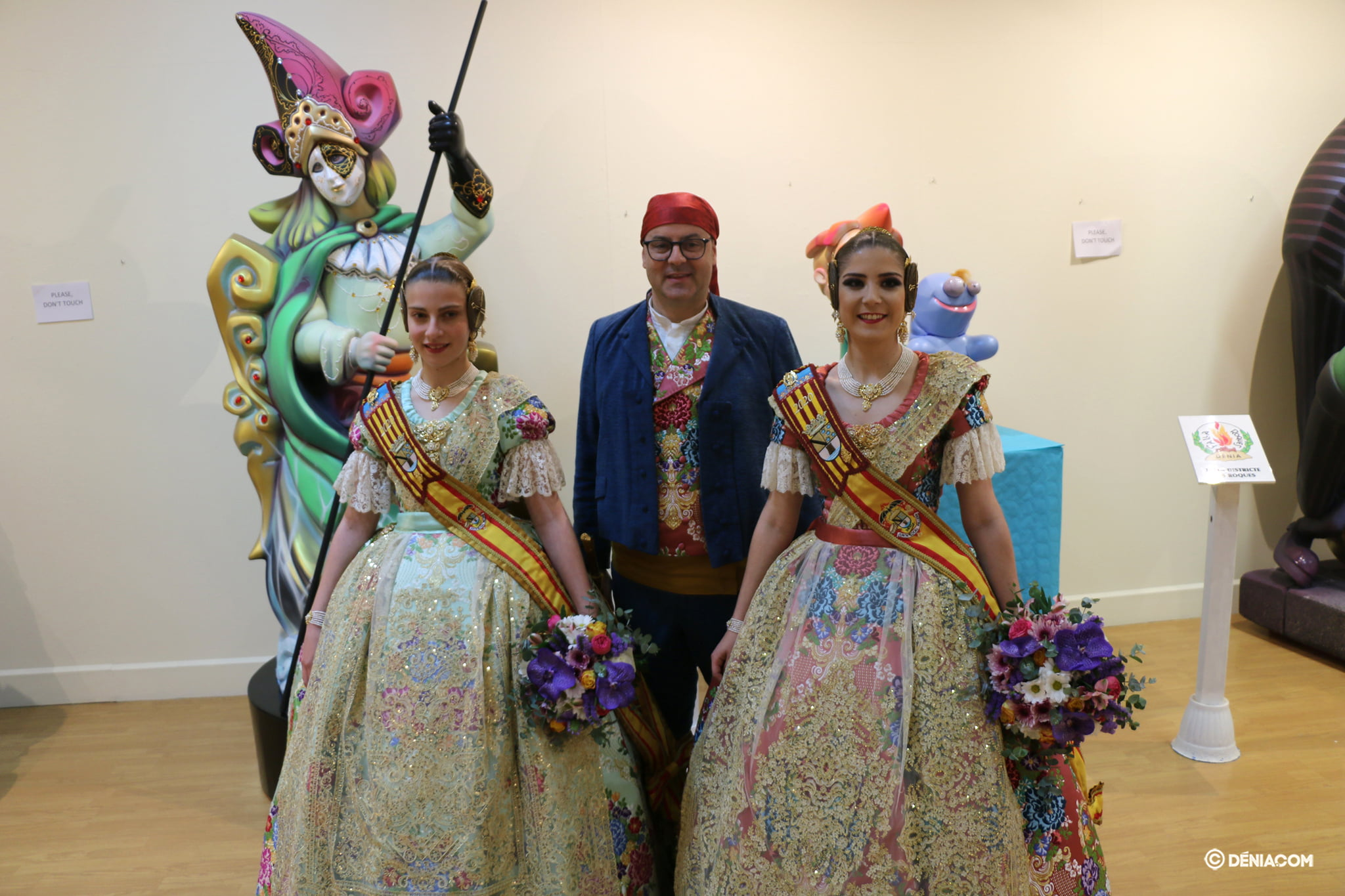 The Falleras Mayores de Dénia with the President of the Local Board Fallera
