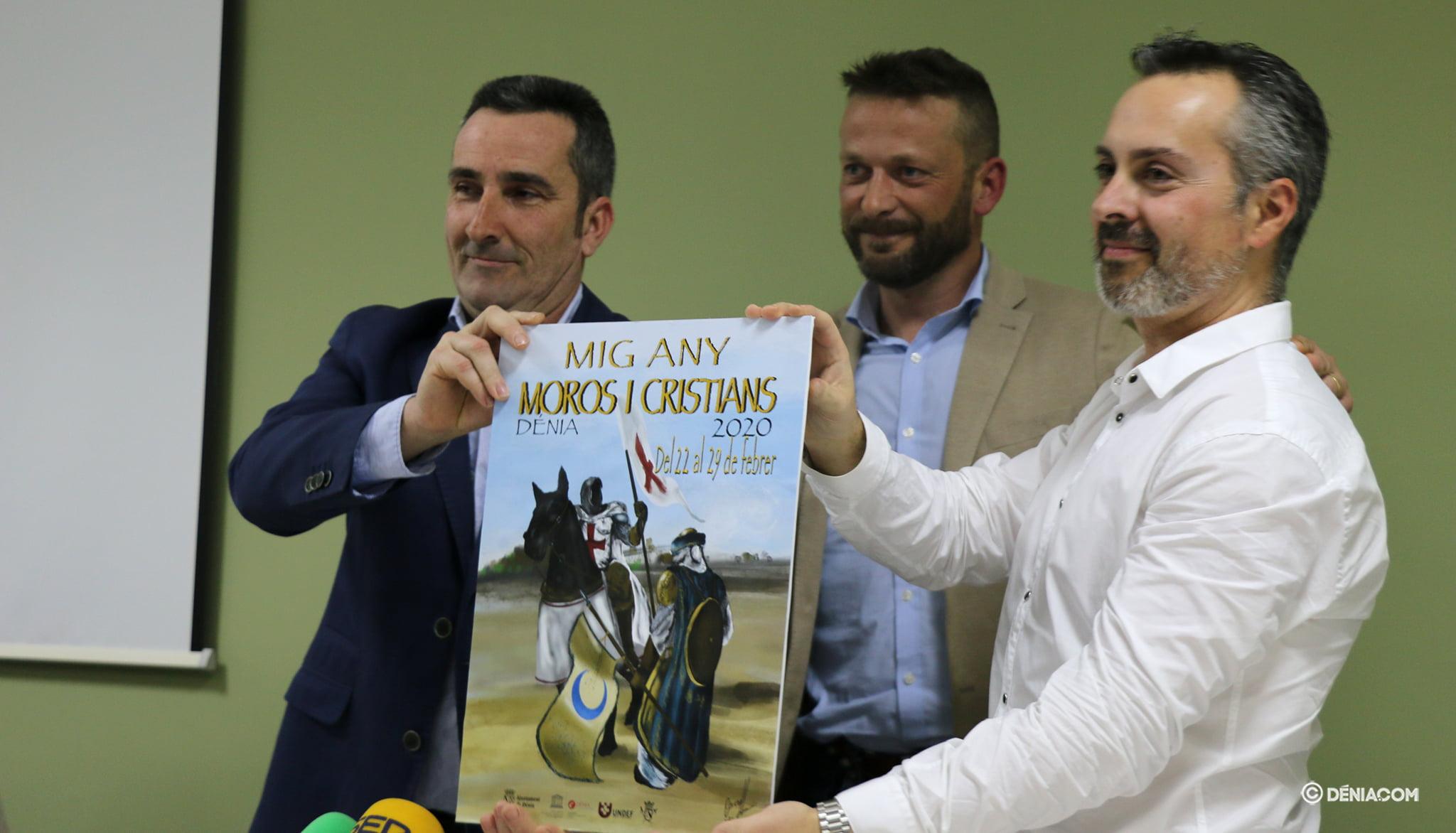 Los capitanes sostienen el cartel de Mig Any