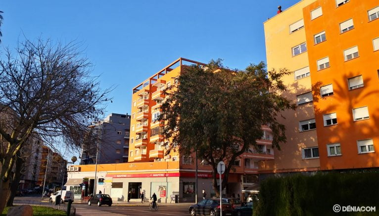 """The three """"Paris"""" buildings, between Paseo del Saladar, Patricio Ferrándiz and Calle Senija, in Dénia"""