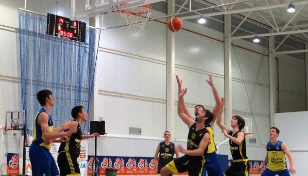 Image: Lutte pour un rebond d'un joueur de basket-ball junior Dénia