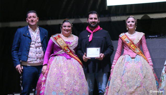 Imatge: Miguel Ivars recollint un premi al costat dels càrrecs de Baix la Mar