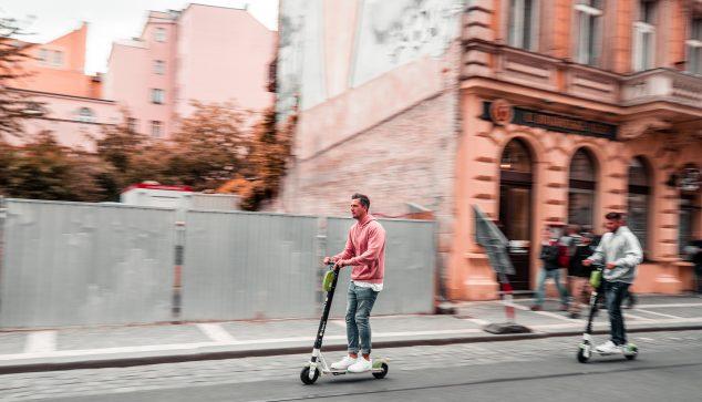 Bild: Elektrischer Roller auf der Straße