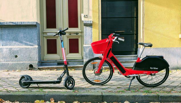 Bild: Roller und elektrisches Fahrrad