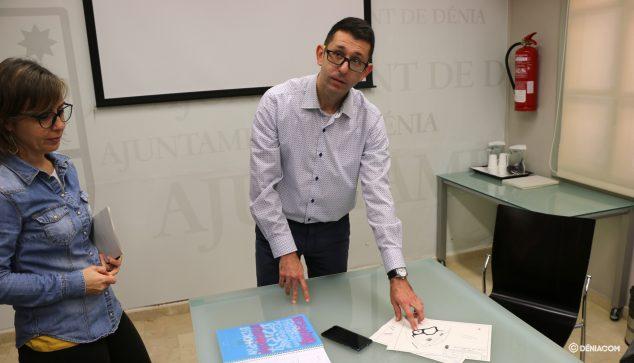 Image: Pepe Doménech montre les plans du projet