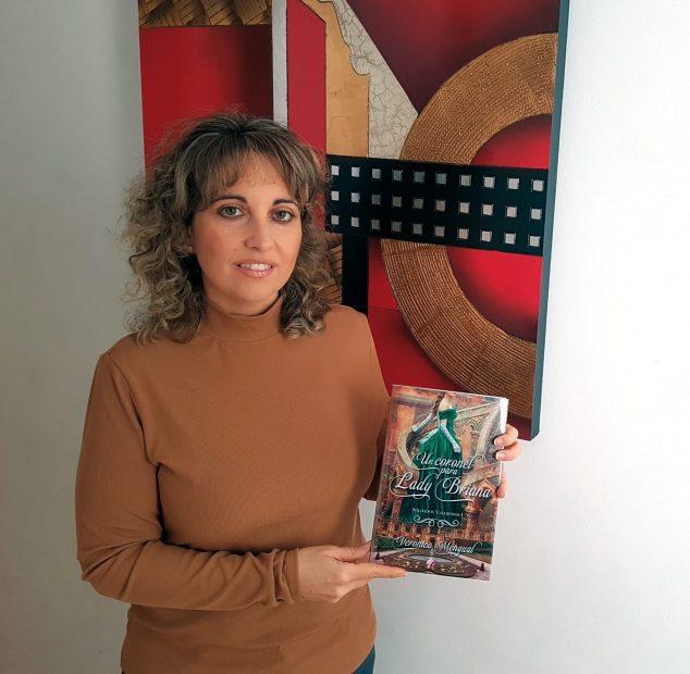 Imagen: Verónica Mengual con el libro 'Un coronel para lady Briana'