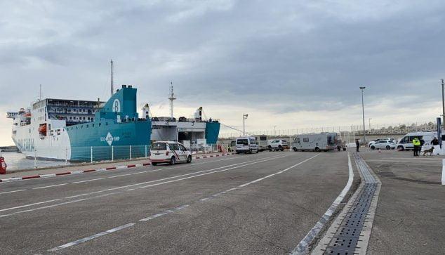Imatge: Caravana pujant a un ferri de Baleària