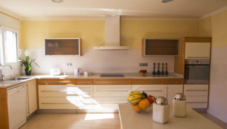 Cocina de un chalet con piscina en alquiler vacacional - Deniasol
