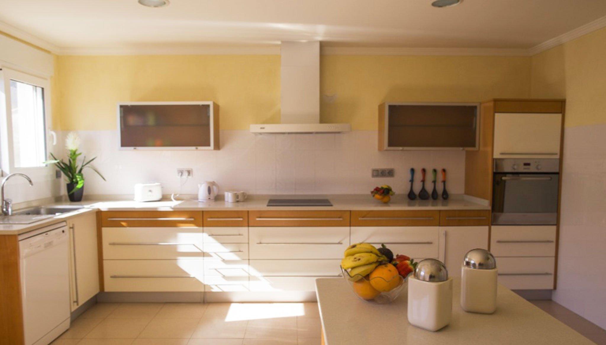 Cocina de un chalet con piscina en alquiler vacacional – Deniasol