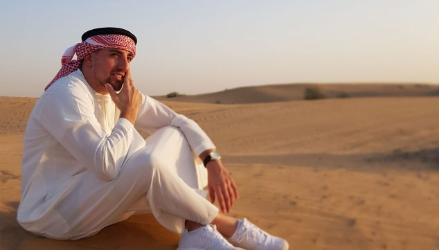 Image: The chef in the desert of the Emirates, in typical clothing