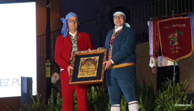 Immagine: il presidente del consiglio locale Fallera consegna il diploma al pregonero 2020