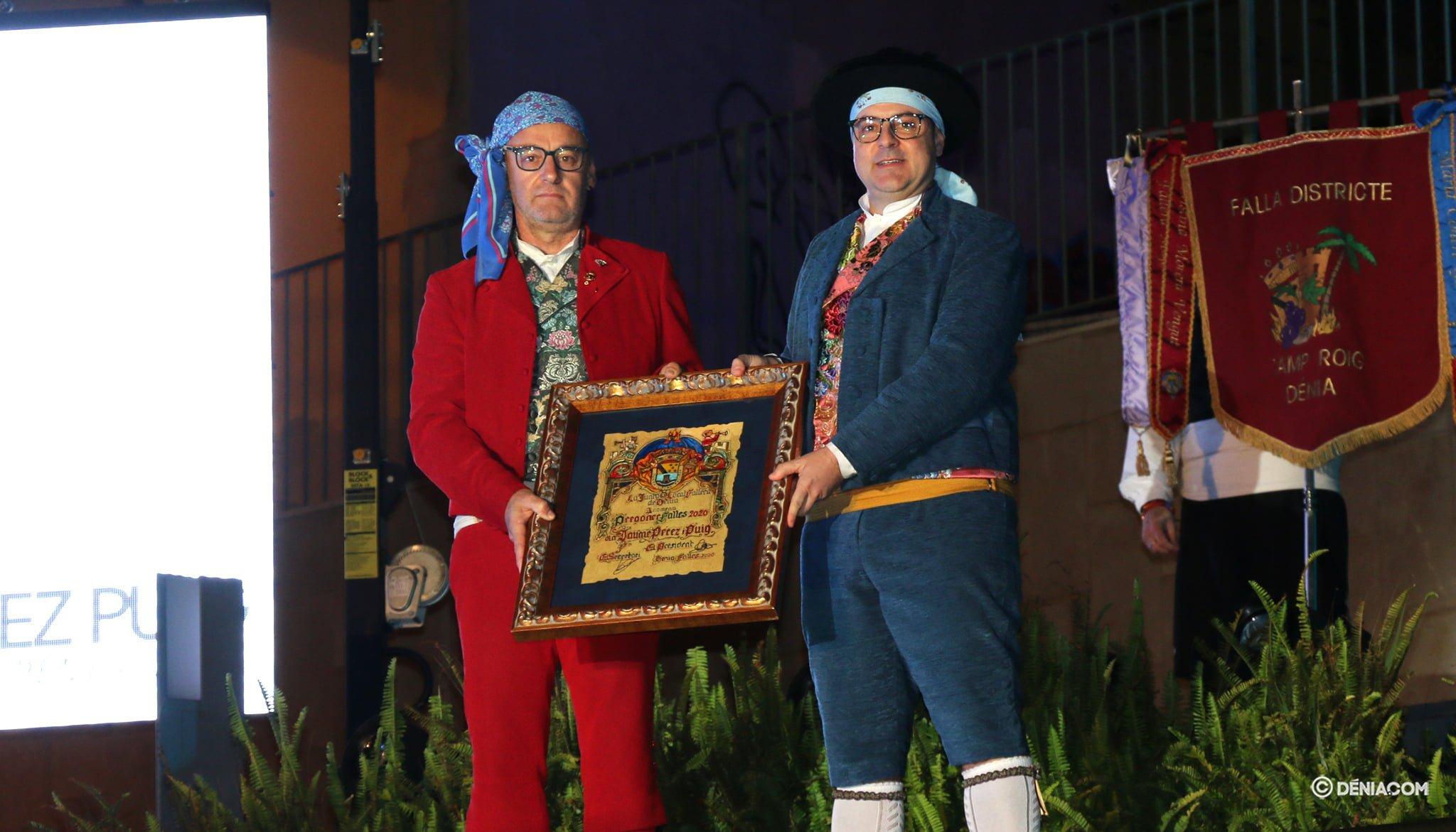 El president de la Junta Local Fallera fa lliurament de l'diploma a el pregoner 2020