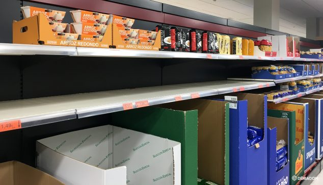 Image: Half empty shelf in a supermarket in Dénia
