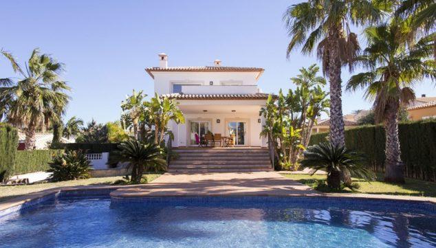 Bild: Fassade einer Villa mit Pool zur Ferienvermietung - Deniasol