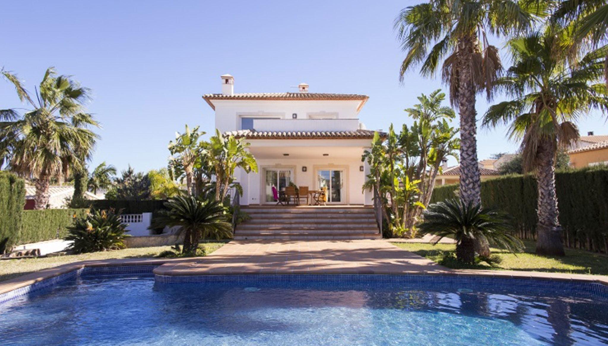 Fachada de un chalet con piscina en alquiler vacacional – Deniasol