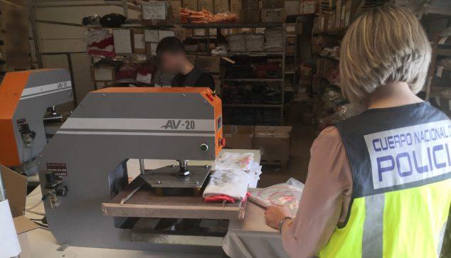 Imagen: Foto tomada en el establecimiento donde se llevaban a cabo las falsificaciones