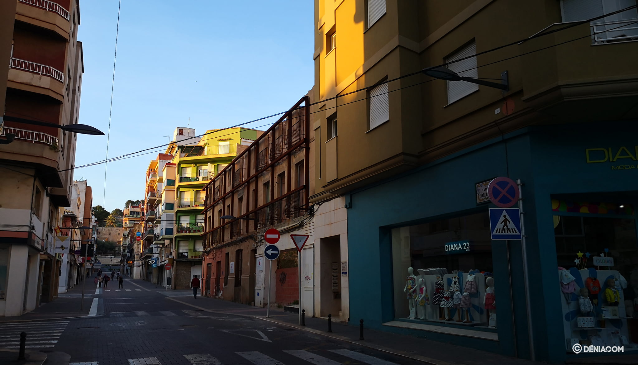 The deserted streets of Dénia 11