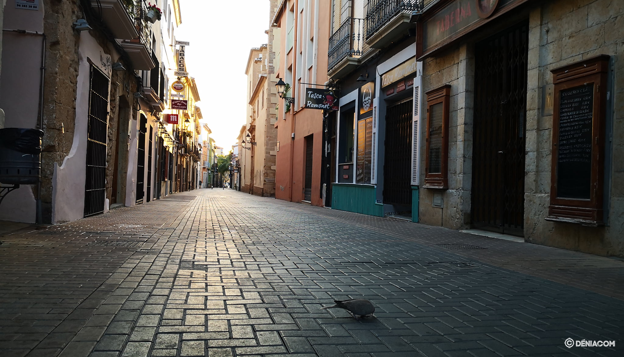 The deserted streets of Dénia 13
