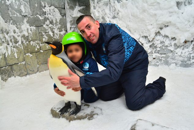 Image: Marco Antonio Blanquer with his daughter, posing with the penguins in Dubai